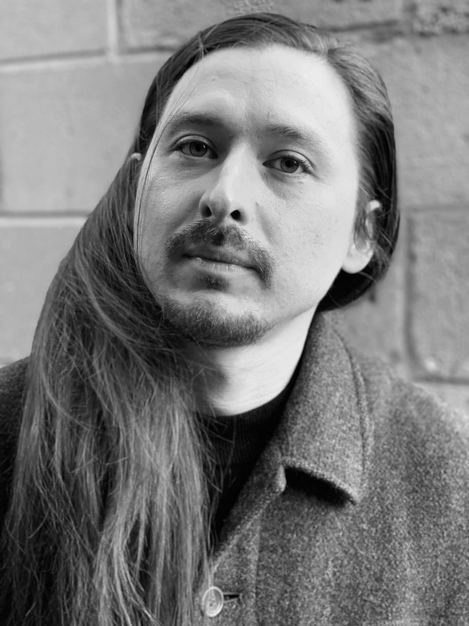 Originaire de Kahnawake, Walter Scott est un artiste interdisciplinaire qui fait appel à la bande dessinée, à la vidéo, à la performance, à la sculpture et au dessin.
