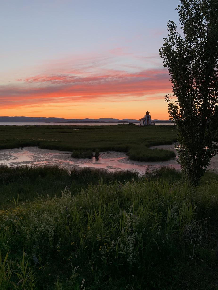 Le petit phare de Saint-André-de-Kamouraska cause le ravissement de nombreux Québécois au couchant.