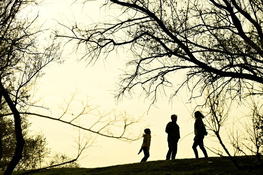 Les parcs étaient bondés de pique-niqueurs, de joueurs de pétanque, de familles et d'enfants en trottinette.