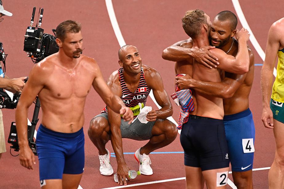 Après deux journées d'intenses efforts, les concurrents célèbrent la fin du décathlon au terme de la dernière épreuve, le 1500m.
