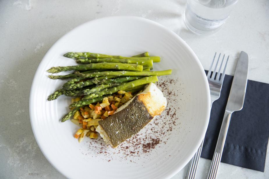Avec le poisson, il a non seulement fait un filet pour le plat principal, servi avec des têtes d'asperges, carottes et panais, mais il a aussi utilisé les arêtes pour cuisiner un fumet de poisson…