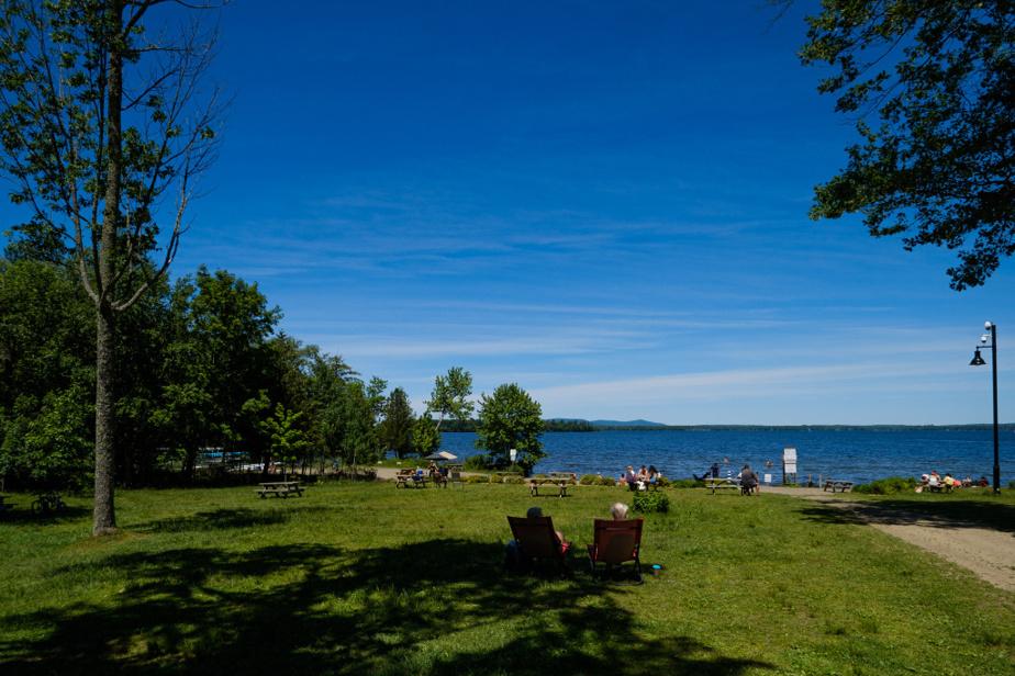 Un peu au nord du village de Knowlton se trouve la jolie plage Douglass, qui permet un point de vue imprenable sur le lac Brome et la montagne du même nom, au-delà. La plage est par ailleurs reliée au réseau municipal de sentiers de randonnée pédestre.