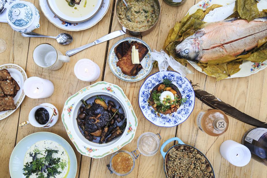 Un menu festif à souhait avec un ragoût de jarrets de cerf, une truite cuite dans des feuilles d'érable, un risotto d'orge, une soupe de pommes de terre, un parfait de foie gras, une salade de courge et de pommes avec fromage et une croustade.
