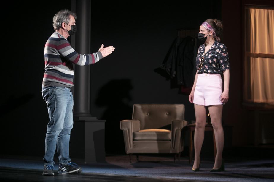 Le metteur en scène, Henri Chassé, donne des directives à Catherine-Audrey Lachapelle.
