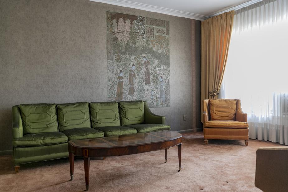 Moquette et papier peint décorent le salon, comme les autres pièces de la maison.