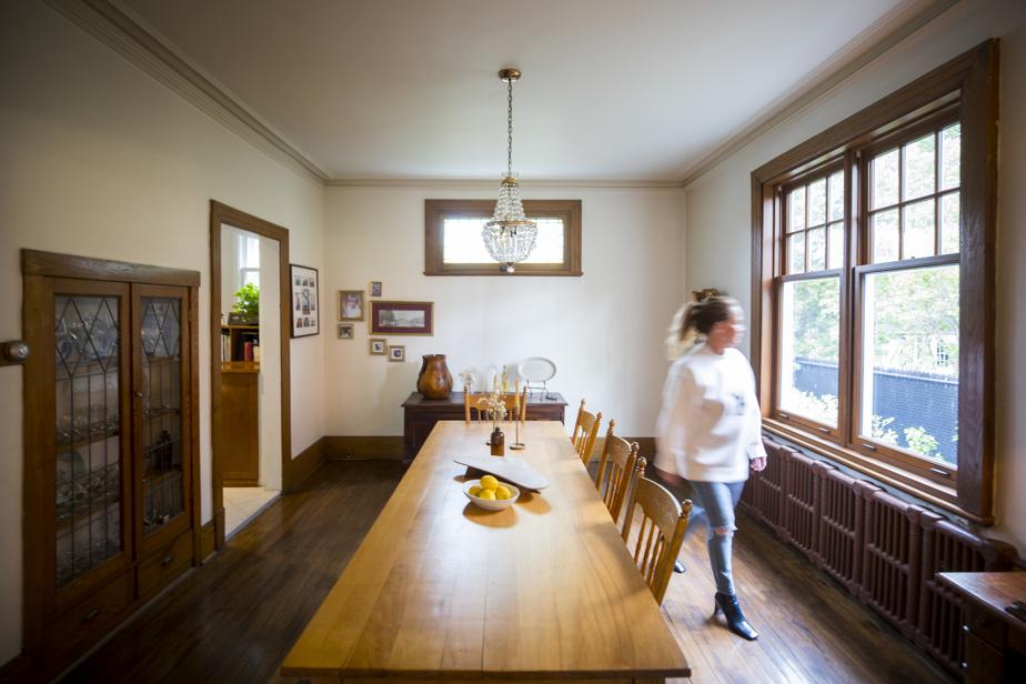La salle à manger, comme plusieurs pièces de la maison, est meublée avec des antiquités, dont cette longue table qui provient d'un couvent.