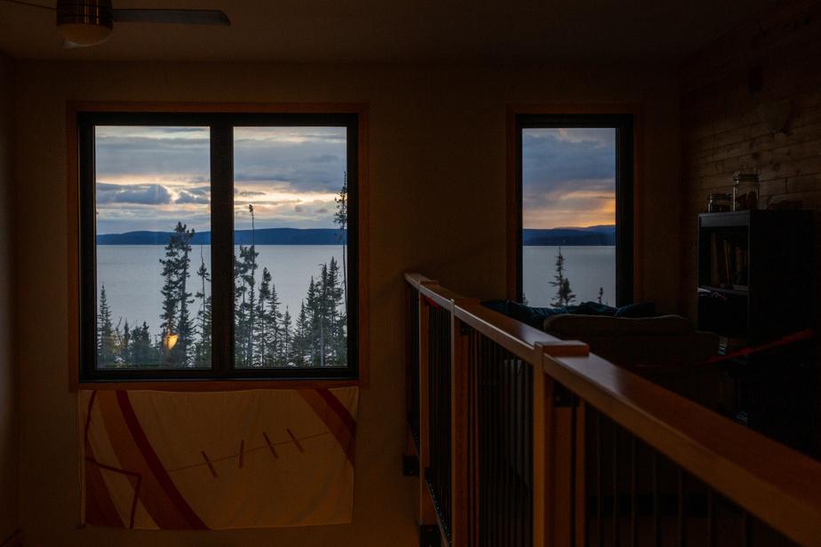 Un des plus beaux couchers de soleil du Québec. Un ciel spectaculaire qui s'embrase par la chaude lumière suivant la disparition du soleil du lointain horizon. «Je ne peux pas m'en lasser», confie David Béland, gérant de la station Uapishka.