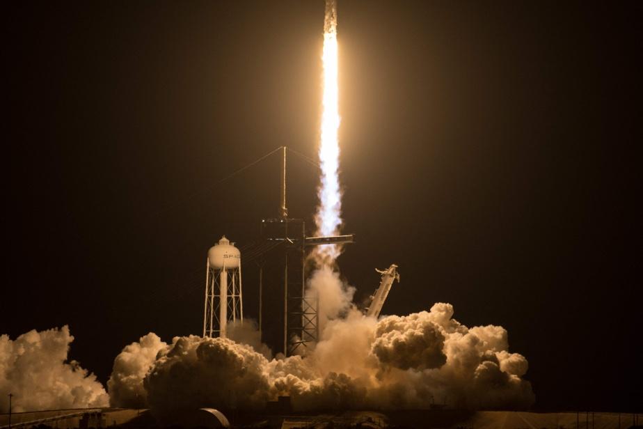 «Et voilà quatre astronautes originaires de trois pays différents de (cette mission) Crew-2 désormais en route vers la seule et unique Station spatiale internationale», s'est félicité un commentateur de SpaceX.