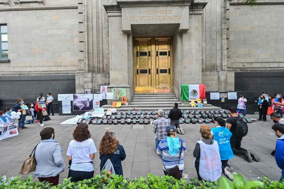 Séance de prière devant le siège de la Cour suprême, àMexico, de militants catholiques opposés à l'avortement, en juin2020