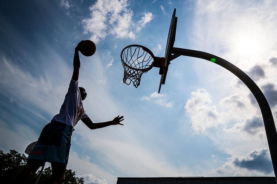 Beau temps et basketball dans un parc de Verdun