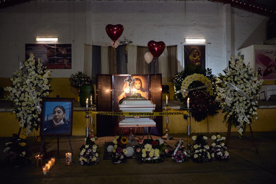 Le cercueil était entouré de photos et de fleurs.