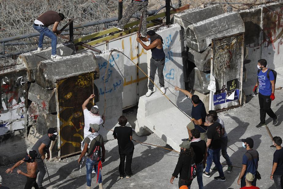 Des manifestants ont détruit des murs de protection installés par les forces de sécurité.