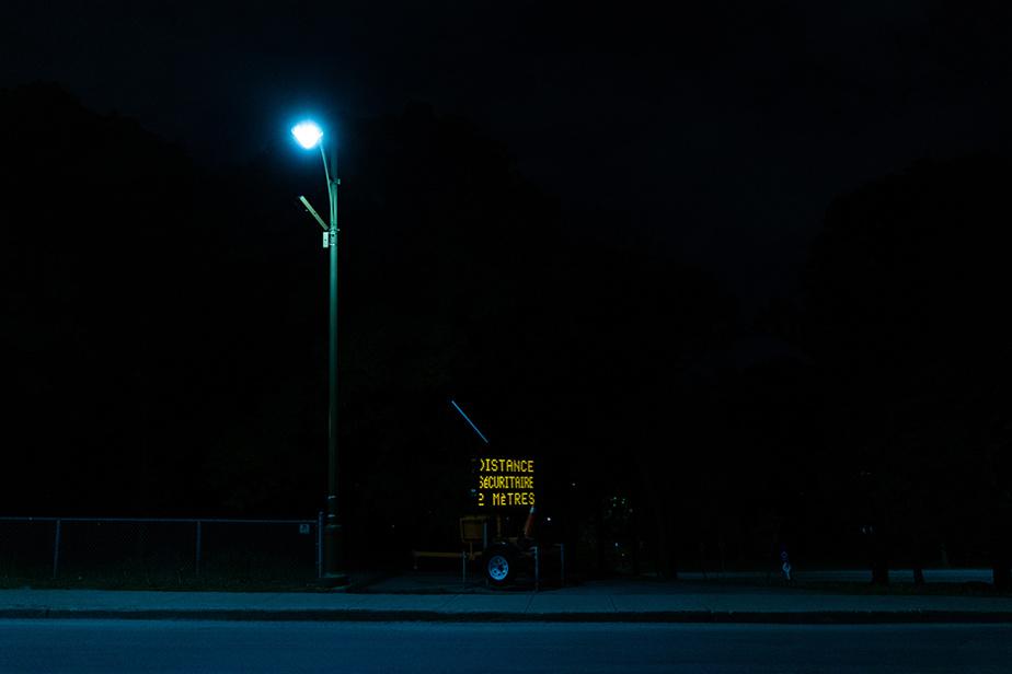 27mai2020. Un panneau situé à l'entrée du parc Jean-Drapeau rappelle aux rares visiteurs qu'ils doivent maintenir une distance sécuritaire.