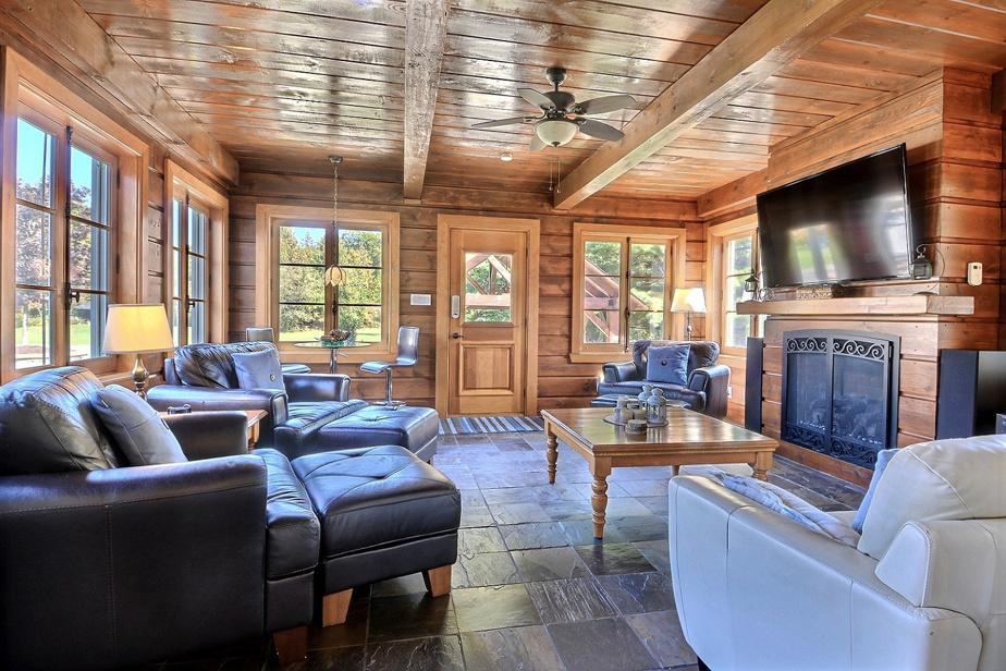 Les propriétaires ont agrandi la maison par l'arrière afin d'y ajouter cette pièce largement fenêtrée, qui sert de salle familiale.