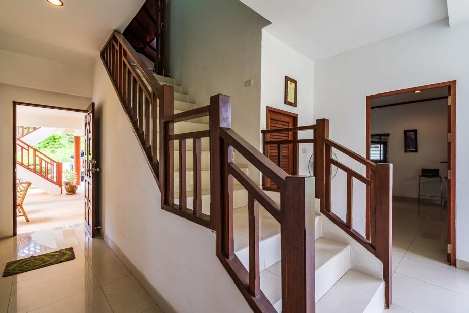 La maison compte trois étages.