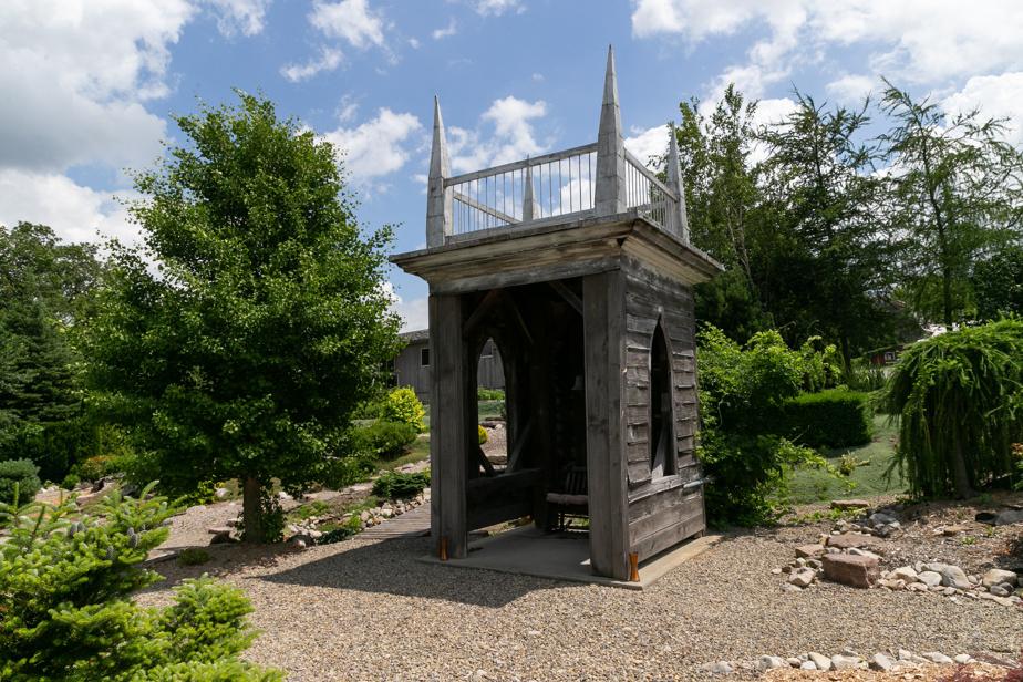 Le clocher a été installé dans le jardin, où il sert désormais de gloriette.
