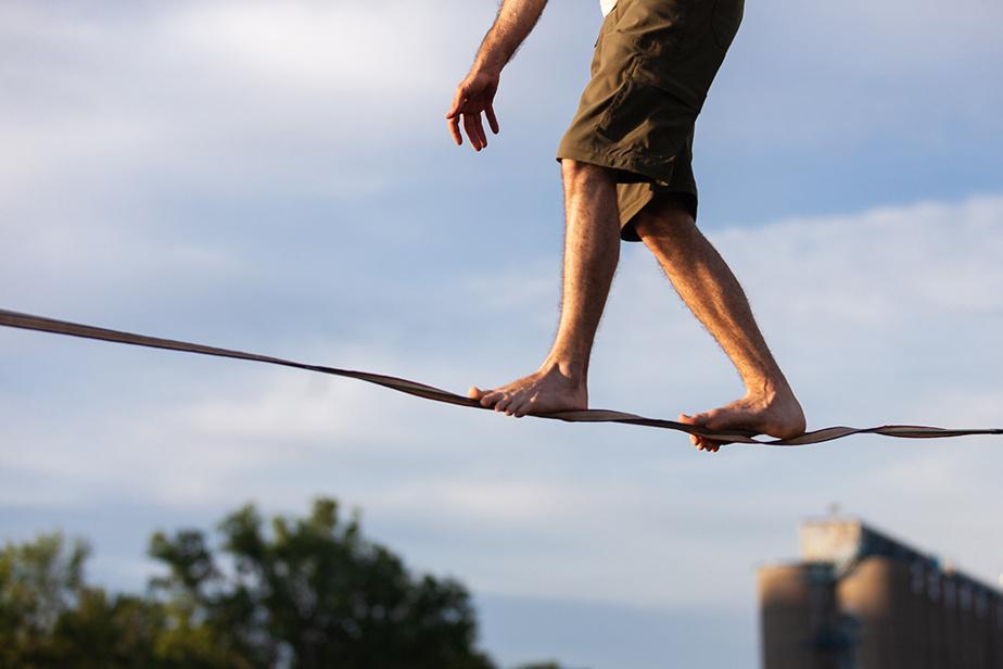 L'acrobate Anthony Boulay traverse le bassin Peel sur une sangle souple tendue entre deux rives. Il est l'un des 10participants à la compétition virtuelle Les Canons du cirque, organisée par le Festival Montréal Complètement Cirque.