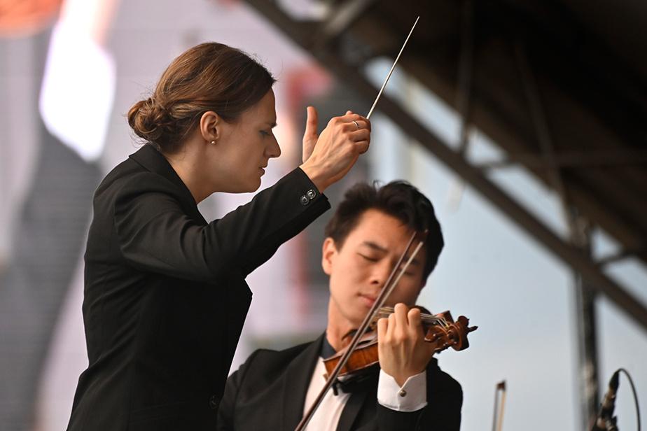 La cheffe d'orchestre Dina Gilbert dirigeait l'Orchestre symphonique de Montréal dans le cadre d'un concert-bénéfice àl'aéroport Montréal-Trudeau samedi dernier.