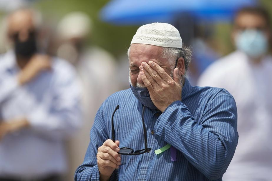 Un homme pleure la mort des quatre victimes.