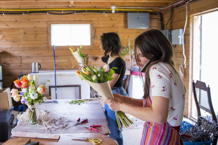 Alice Berthe (à droite) et son amie Nassila Boukaria préparent des bouquets pour la livraison du lendemain.
