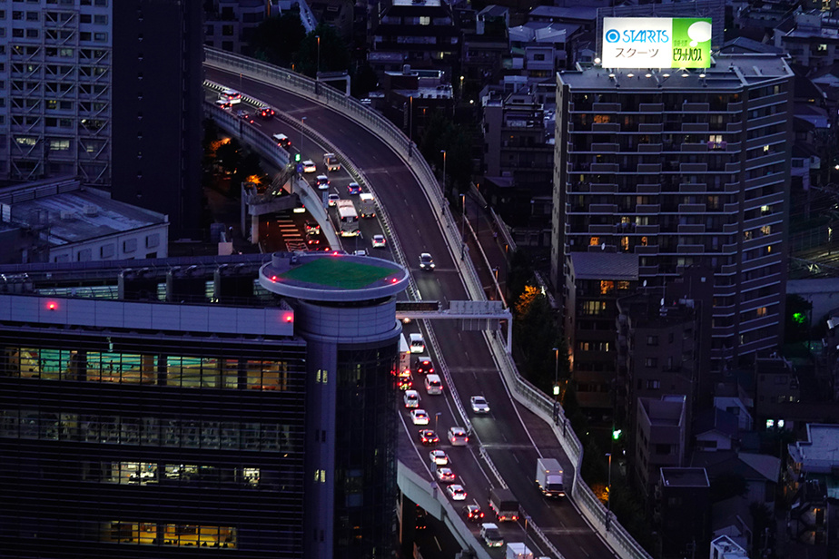 Une vue sur la circulation dans un échangeur de la ville de Tokyo, prise du sommet de l'édifice Sunshine City60
