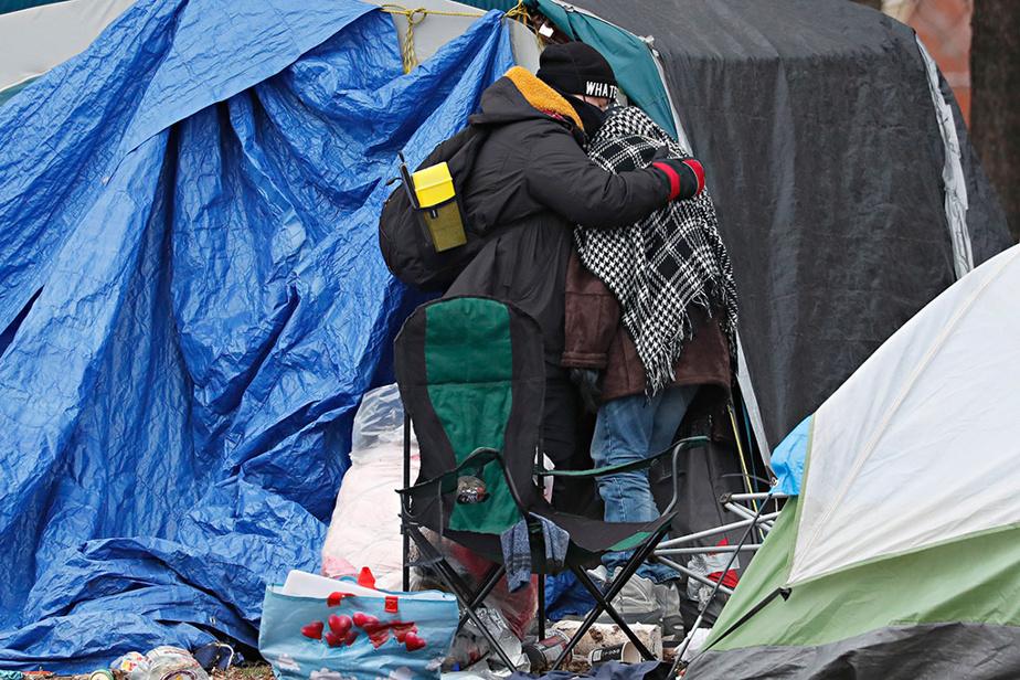 À la suite d'un incendie à l'intérieur d'une des tentes, le 5décembre, le Service de sécurité incendie de Montréal (SIM) a ordonné l'évacuation du campement de sans-logis situé près de la rue Notre-Dame Est, dans le quartier Hochelaga-Maisonneuve, où se trouvaient encore une soixantaine de tentes.
