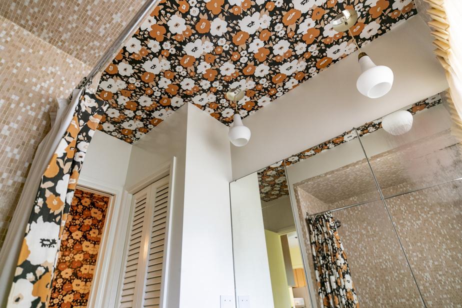 Le papier peint est omniprésent dans la maison, comme ici, dans une des salles de bain, où on le retrouve même au plafond.