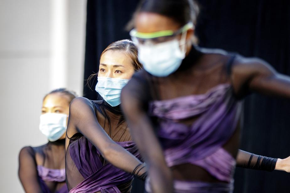 Danser avec un masque et des lunettes de protection apporte son lot de défis aux danseurs.
