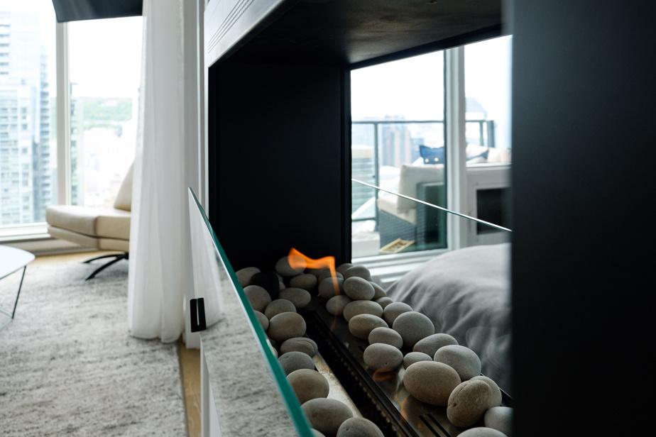 Un foyer à l'éthanol à double face réchauffe l'atmosphère dans la cuisine et dans la chambre.