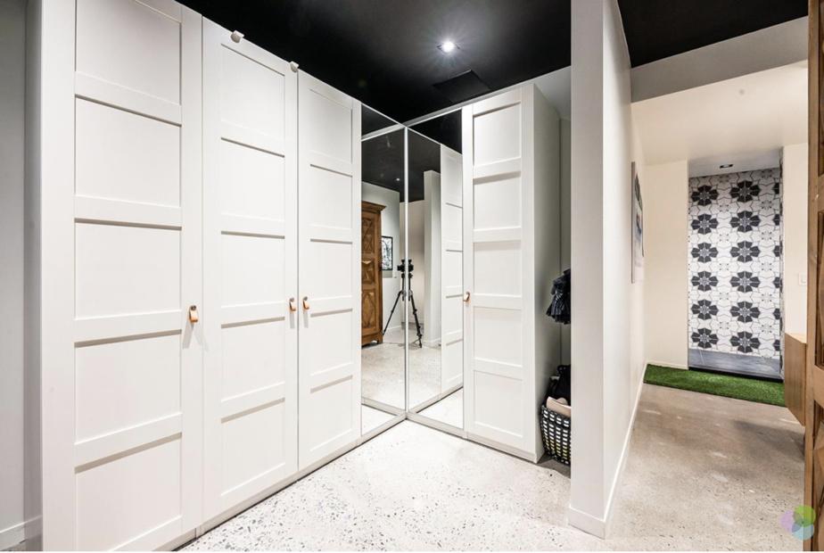 La penderie de la propriétaire, et une partie de la douche. À noter, les carreaux qui recouvrent les murs de la douche. Chacune des trois douches a un motif différent.