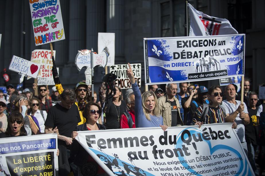 Environ 200manifestants contre la vaccination obligatoire du personnel de la santé se sont rassemblés à Montréal samedi.