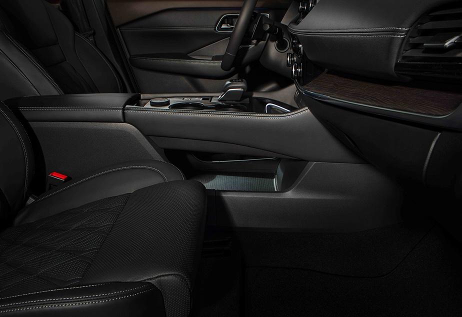 Le Nissan Rogue2021 est un cinq places avec une habitabilité aux places arrière, qui disposent d'un bel espace, malgré la présence d'un monticule sous les pieds du passager assis au milieu.