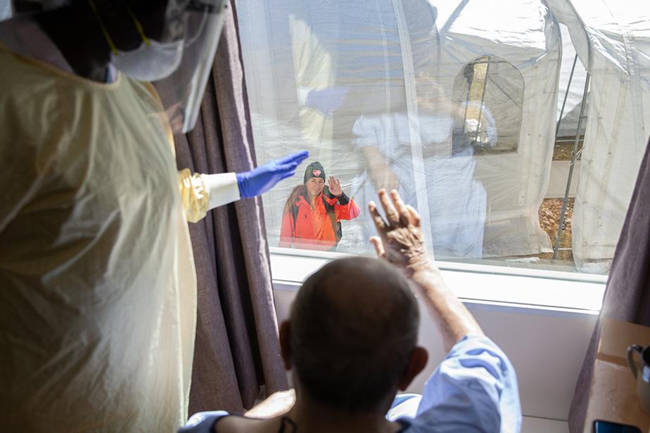 23avril2020. De la belle visite pour ce résidant d'un CHSLD de Laval qui aperçoit une amie venue prendre de ses nouvelles à sa fenêtre.