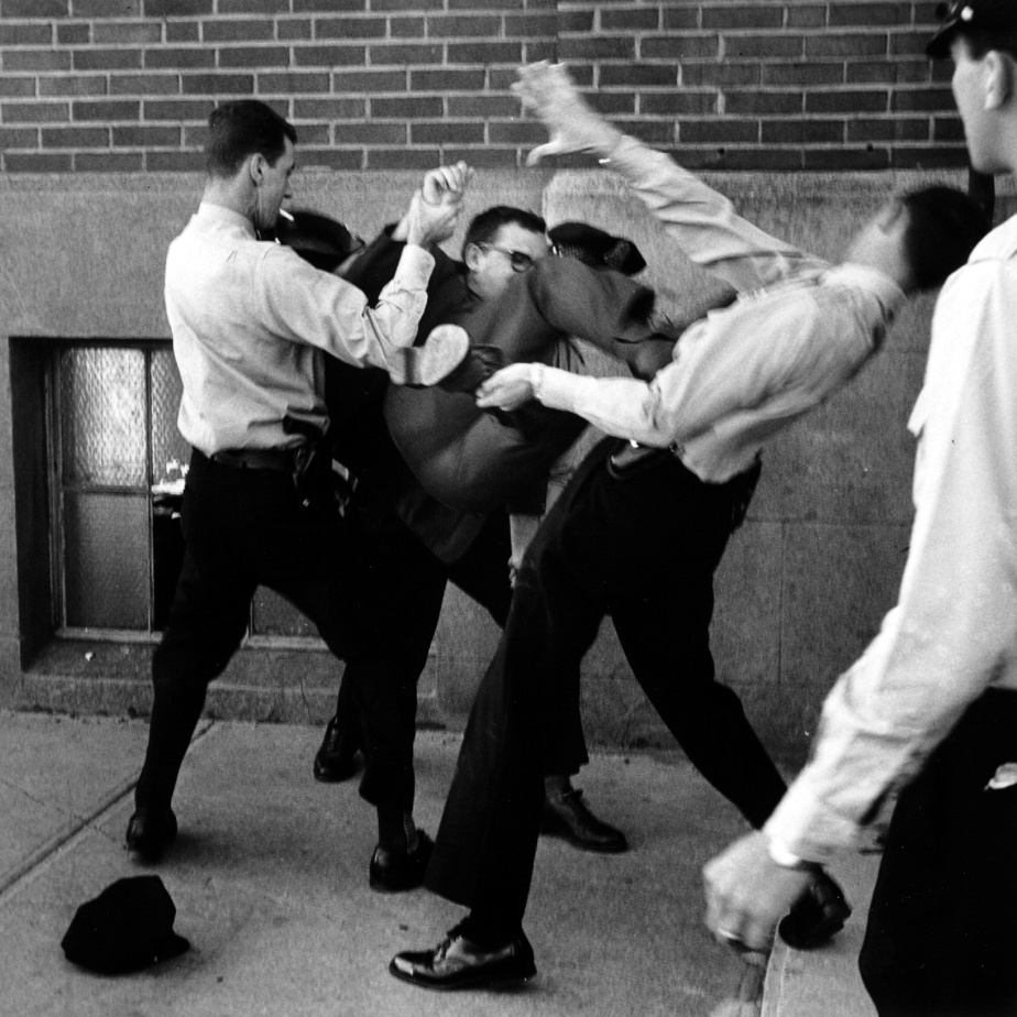 En 1965, une manifestation de solidarité à la manufacture de chaussures La Grenade s'est soldée par l'arrestation de quelques manifestants, dont Pierre Vallières, qui résiste farouchement aux policiers. Vallières, chef idéologique du Front de libération du Québec, fut condamné à la prison à vie pour sa participation à un attentat à la bombe au cours duquel une femme fut tuée, en 1966. Il fut relâché plusieurs années plus tard et avouait candidement dans une entrevue en 1990 que la violence ne règle rien.