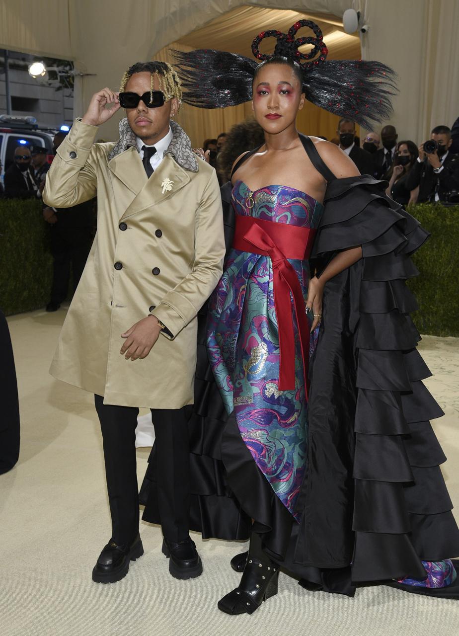 Le rappeur Cordae et la joueuse de tennis Naomi Osaka, qui a osé une coiffure très originale et une robe Louis Vuitton.