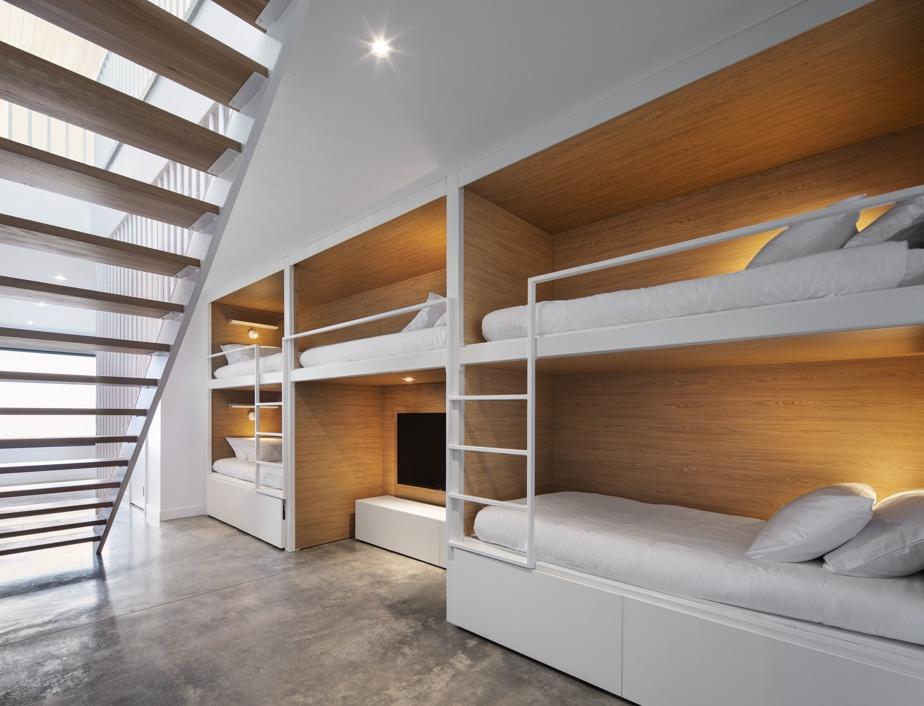 Pour les enfants, un dortoir inspiré des hôtels japonais offre cinq lits-capsules dotés de stores qui peuvent être abaissés pour s'isoler. L'espace sert également de corridor et d'aire de jeu équipée d'une console.