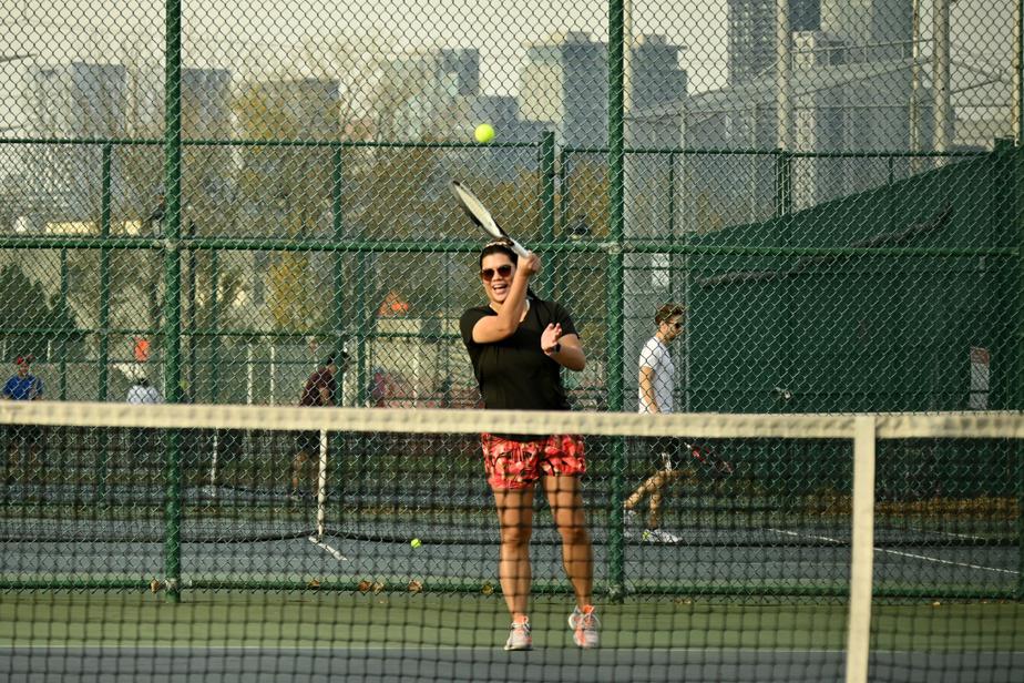 Une adepte de tennis au parc Arthur-Therrien de Verdun