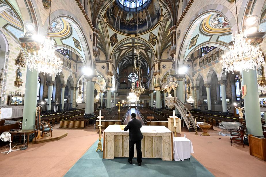 C'est bientôt l'heure de la messe de 9h. Le curé Mangongo dépose sur l'autel le missel. Il s'assure que tout est en place avant la cérémonie.