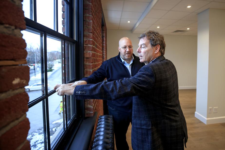 Philip Kerub, président de la firme High-Rise Montréal, et son partenaire Sarto Blouin décrivent l'aventure des fenêtres à croisillons, qui a été une source de tension entre Montréal et Westmount.