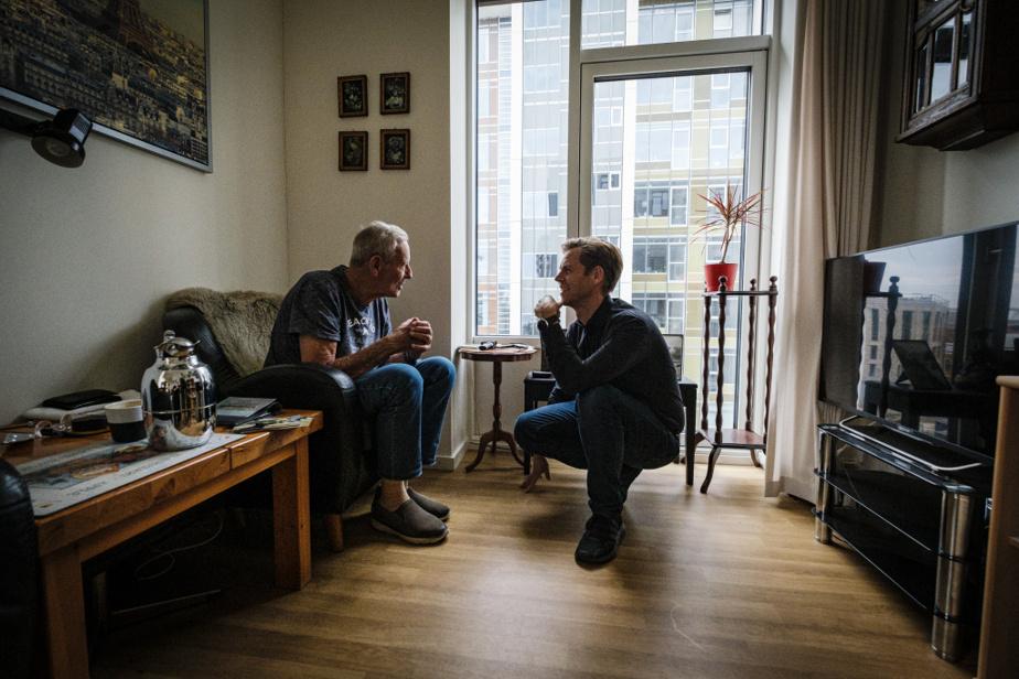 Erling Sorensen reçoit dans son appartement le directeur de la Maison des générations, Allan Tambo. Ici,seulsles couples partagent leur logement, composé d'un salon, d'un coin cuisine, d'une chambre etd'unesalle de bains.