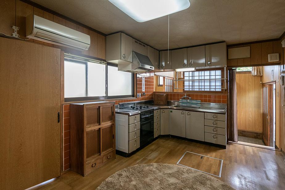 La cuisine a été modernisée. On note aussi la présence d'un climatiseur mural.