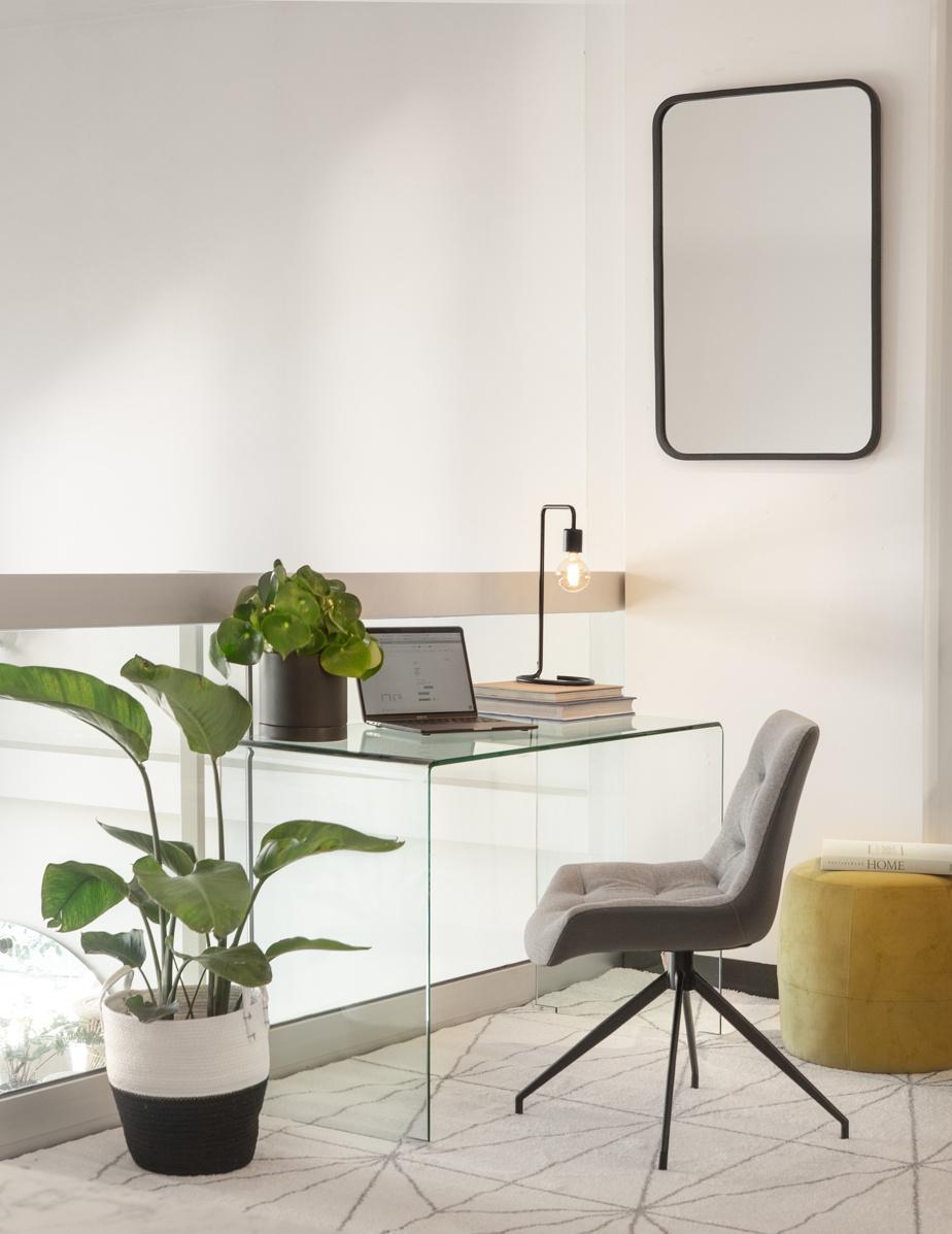 Certains types de bureaux sont très polyvalents, souligne Yan-Erik Tessier, acheteur chez Zone Maison. «Un bureau en verre est un classique qui ajoute de l'élégance à tous les décors, dit-il. Par sa transparence, il fait respirer l'espace. Même si c'est un bureau, il désencombre la pièce. Il s'harmonise partout.»