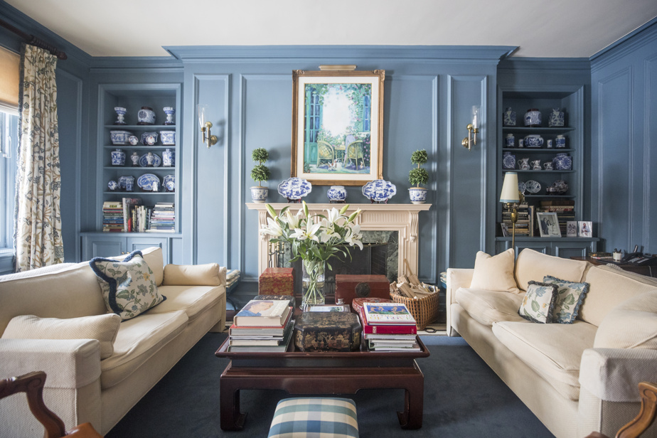 Le boudoir est une des pièces préférées du couple. À l'arrière se trouve un mur complet de livres. Chaque objet, ici comme ailleurs, a son histoire.