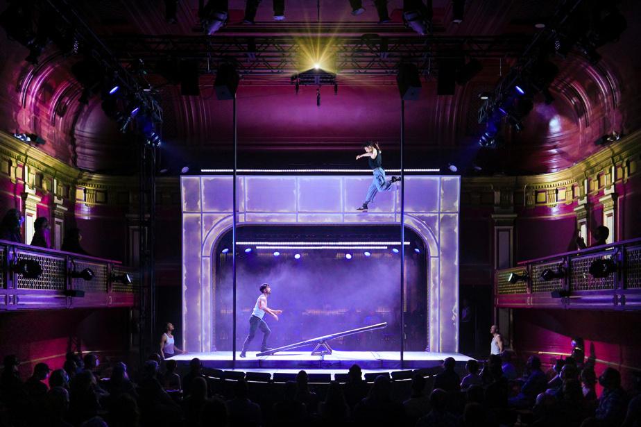 Les artistes des 7 Doigts présentent un spectacle dans le théâtre intime du Club Fugazi.