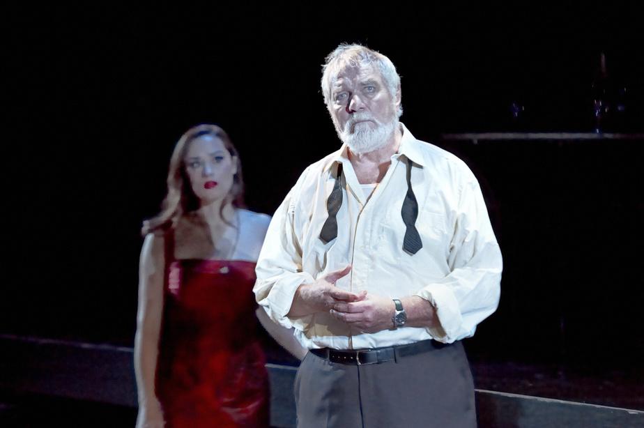 Michel Dumont en 2002 dans la pièce Dans l'ombre d'Hemingway.