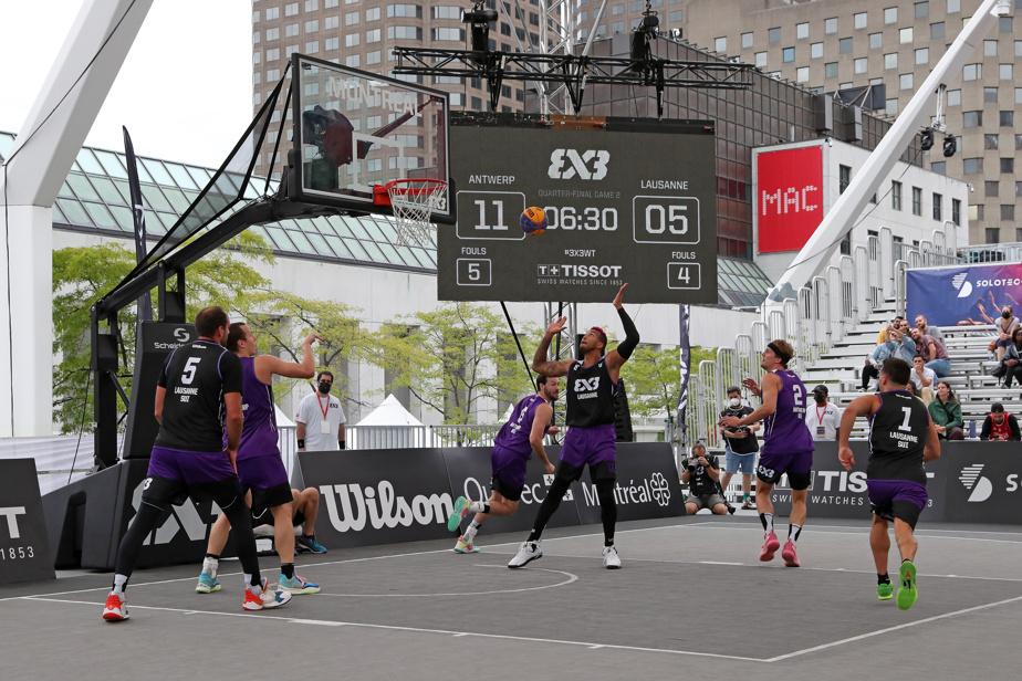 Sur un demi-terrain de basketball, comprenant un seul panier, trois joueurs de chaque équipe s'affrontent dans un match de dix minutes.