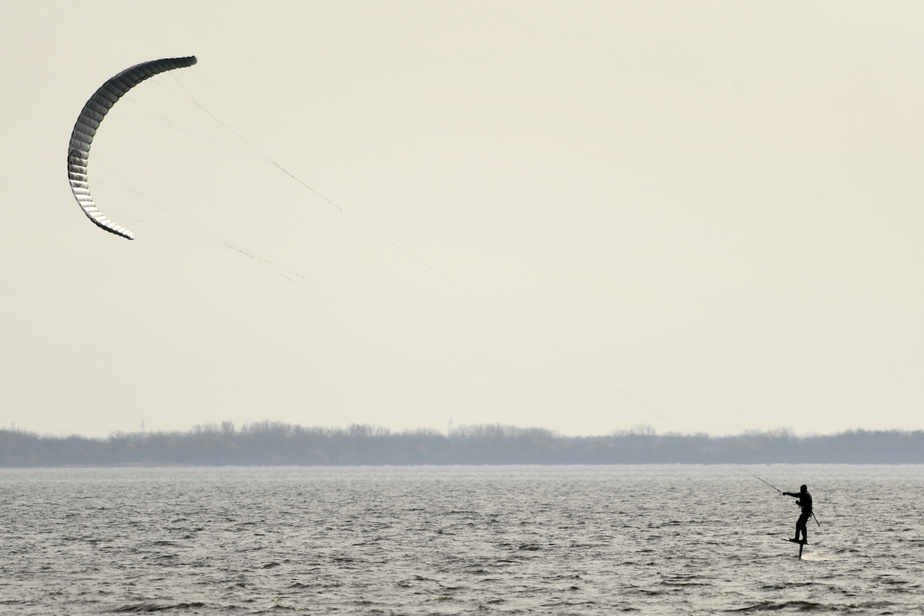 Un adepte de kitesurfing a profité du vent pour s'exercer sur le fleuve Saint-Laurent, dans le secteur de Pointe-Claire.