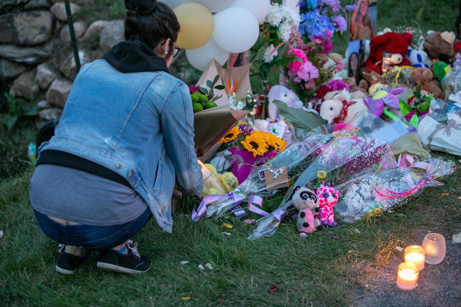 Des amies de la victime ont posé des fleurs et des peluches sur le sol, près de la croix.