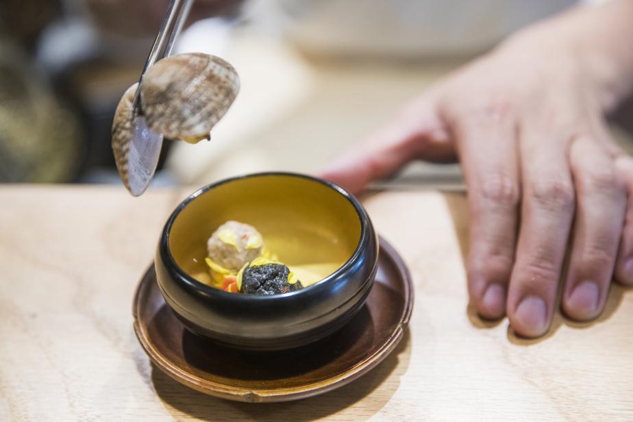 Un plat composé d'encre de seiche et d'une palourde.