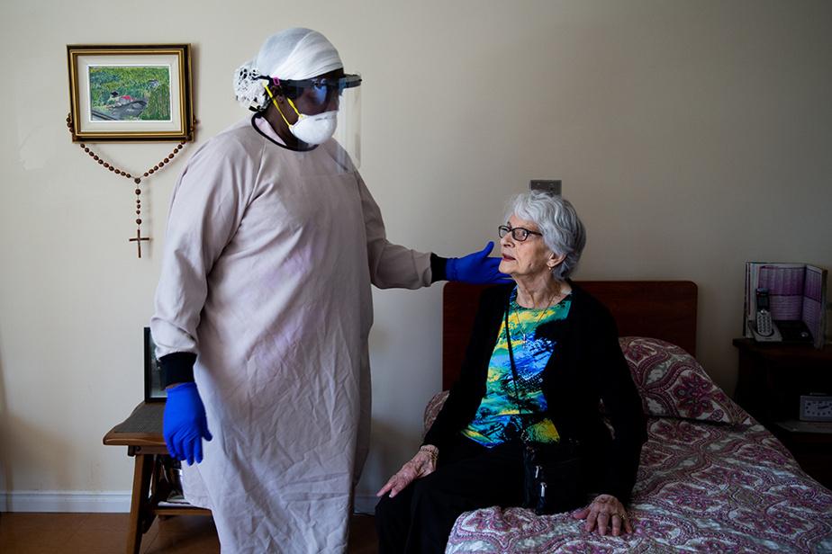 23avril2020. Yvette Desharnais reçoit la visite et les soins de la préposée Altalie Yurs au CHSLD Villa Val des Arbres, de Laval.